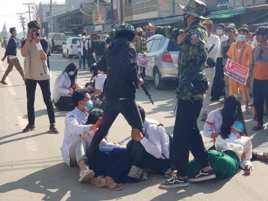 【國際】緬甸軍政變殘忍開槍 毆打虐殺 示威者已超過250死 公職醫護人員群體罷工