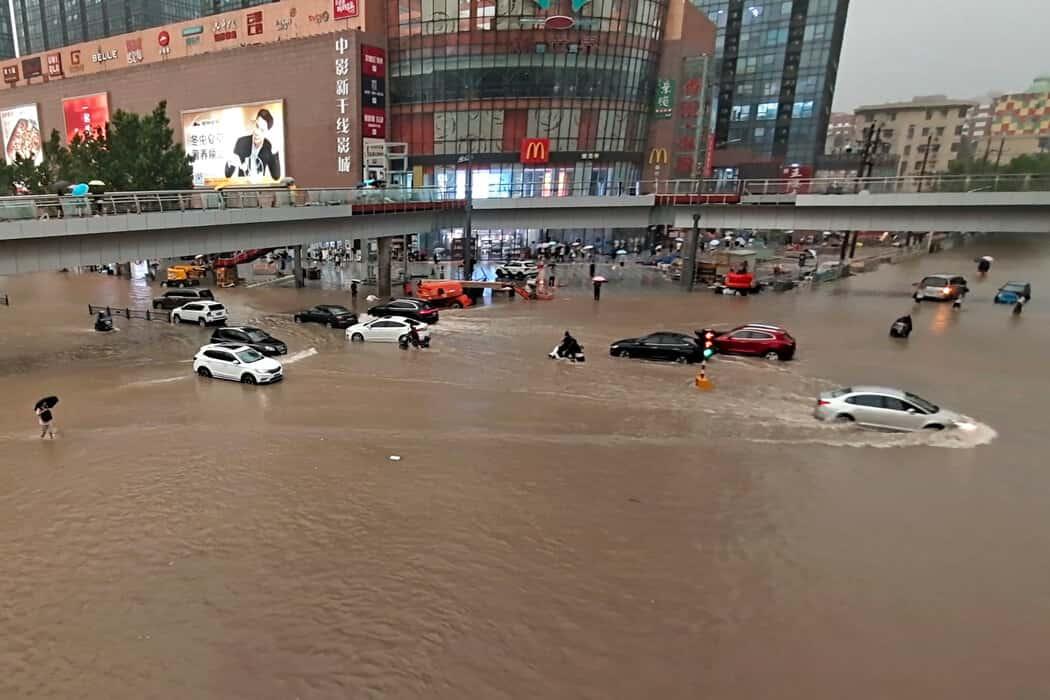 中國河南鄭州千年一遇暴雨來襲10萬人緊急避難 已導致超過12人死亡 /影片