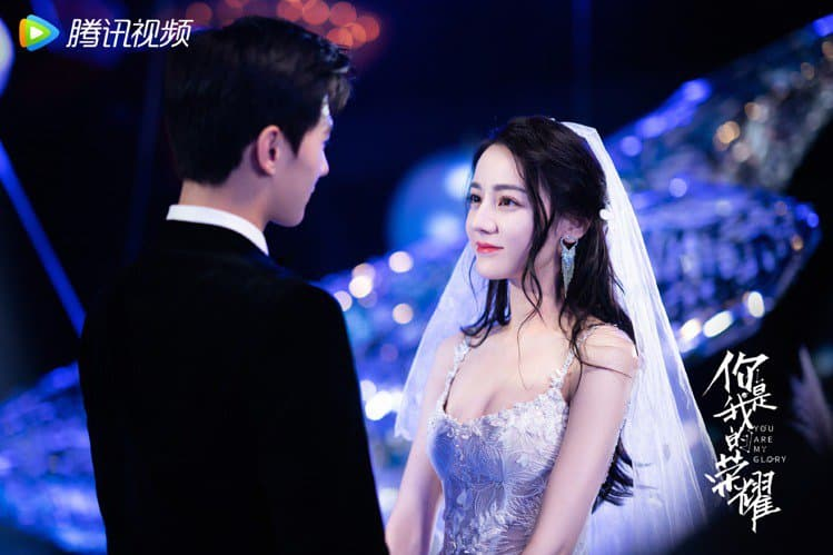 《你是我的榮耀》迪麗熱巴「肩帶透視公主婚紗」嫁楊洋!飽滿胸型充滿仙氣